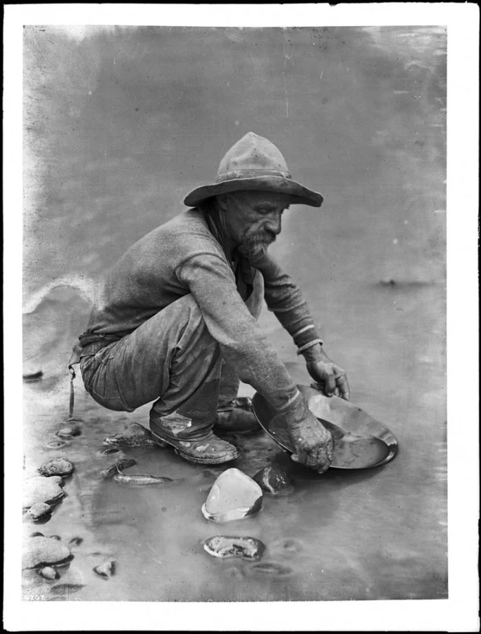 Placer_miner_on_the_Colorado_River_near_Lees_Ferry_ca